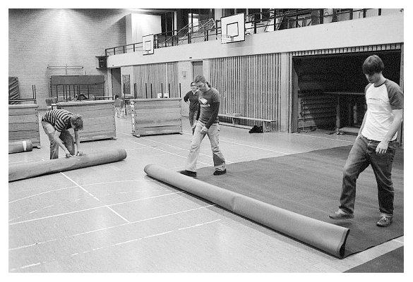 Beim Teppichausrollen in der kleinen Halle. Finn, Esther, Arne, Henry. 2006.